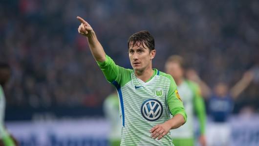Wolfsburgs Paul Verhaegh gibt Anweisungen an seine Mitspieler.