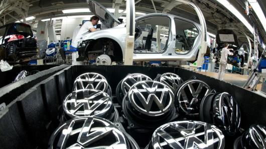 Volkswagen-Logos liegen im VW-Werk in Wolfsburg an einer Golf-Produktionsstraße. (Archivbild)