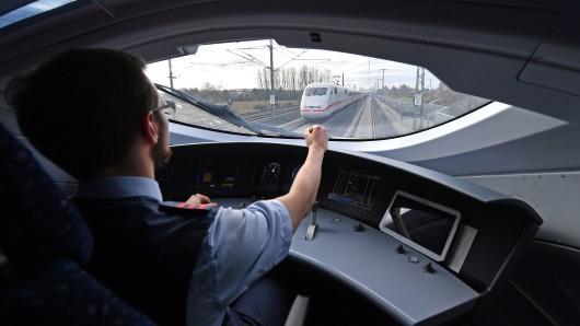 Ein Lokführer fährt im Führerstand eines ICE. (Archivbild)