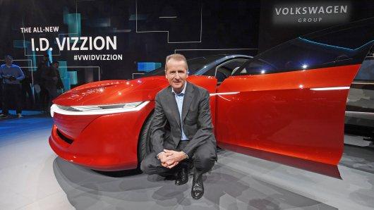 Herbert Diess, VW-Markenvorstand präsentiert beim VW-Konzernabend im Vorfeld des Genfer Autosalon den VW I.D. VIZZION.
