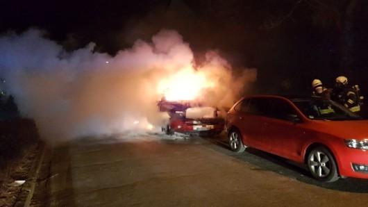 Als die Ortsfeuerwehr Fallersleben mit dem Hilfeleistungslöschfahrzeug unter der Leitung von Sascha Nowotnick eintraf, stand der Wagen schon in Vollbrand.