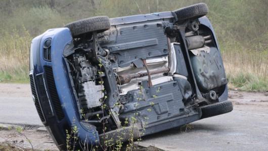 Auto auf der Seite: Die Feuerwehr Fallersleben probt den Ernstfall.