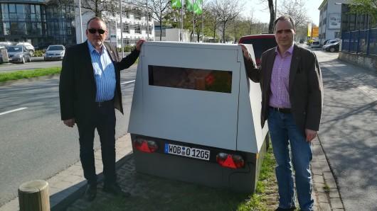 Da steht er: Der neue Mobile Blitzer wird von Michael Sothmann (l.) und Jens Krause in Betrieb genommen.