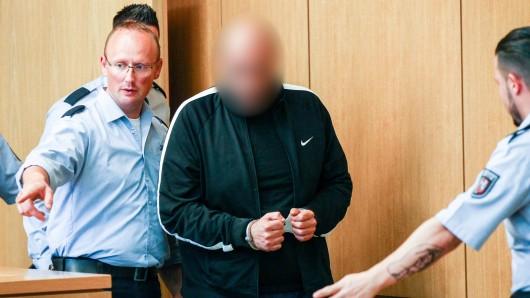 Der Mann muss sich wegen des grausamen Todes an seiner Frau vor Gericht verantworten.