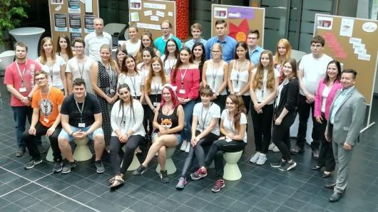 Zwölf Teams aus drei Schulen präsentierten einer Jury ihre entwickelten Ideen und Konzepte im Rahmen des Schülerwettbewerbs promotion school in Wolfsburg.