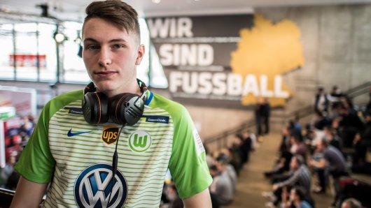 Timo Siep im Trikot seines Arbeitgebers. Der 20-Jährige zockt für den VfL Wolfsburg Fifa.