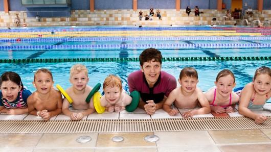 Stolze Neu-Schwimmer mit einer ihrer Lehrerinnen.