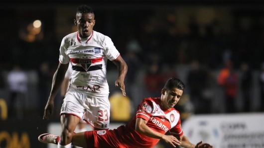 Thiago Mendes (l.) hier noch im Trikot von FC Sao Paulo. Der VfL Wolfsburg soll an ihn interessiert sein.