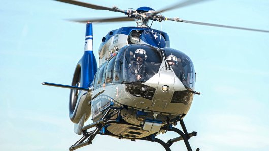 Mit einem Hubschrauber suchte die Polizei nach der vermissten Person. (Symbolbild)