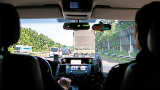 Zivilie Video-Wagen der Polizei zeichnen das Tempo und Fahrverhalten von Rasern auf (Symbolbild).