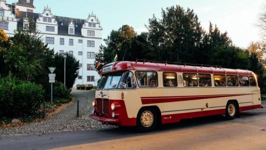 Der Oldtimerbus nimmt Interessierte mit auf eine Reise durch Wolfsburg.