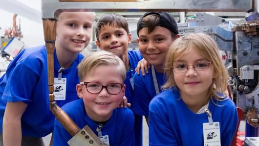Kuckuck! In der Instandhaltung gab es viel Interessantes für die Kids zu entdecken – wie hier eine Punktschweißzange für den Karosseriebau