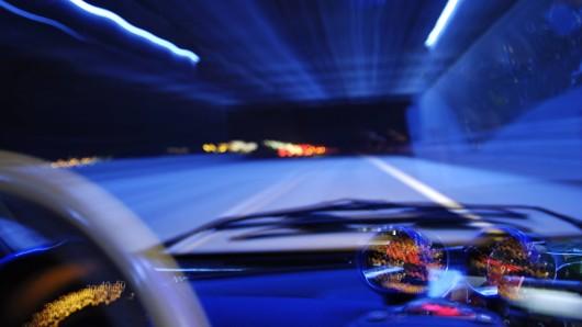 Der 37-Jährige versuchte zu flüchten und fuhr von der Autobahn ab. Dort wartete schon ein Streifenwagen auf ihn (Symbolbild).