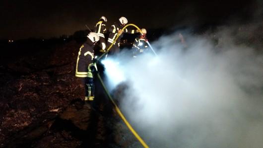 Zunächst wurden die Flammen gelöscht, dazu wurde ein Trupp unter Atemschutz eingesetzt, um sich vor dem Rauch zu schützen.