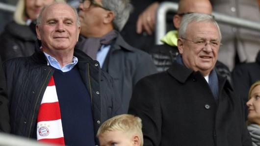 Ex-VW-Boss Martin Winterkorn (rechts) ist mit FC Bayern-Präsident Uli Hoeneß im Stadion (Archivbild)
