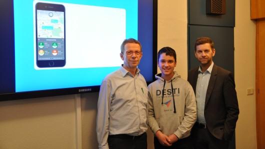 Schüler Paul Obernolte hat sein App Desti Oberbürgermeister Klaus Mohrs und Digitalisierungsdezernent Dennis Weilmann vorgestellt.