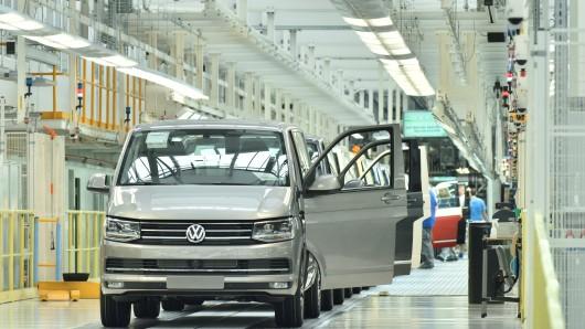 Ein nagelneuer VW T6 kommt aus der Produktion (Archivbild).