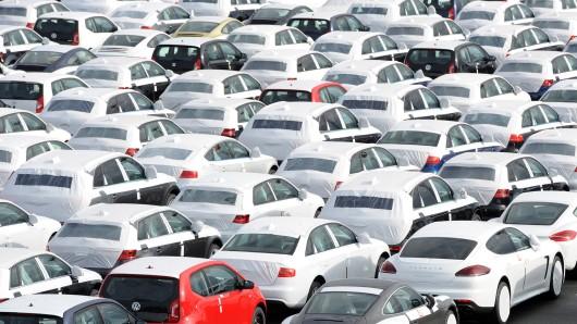 Unterschiedliche neue Auto-Modelle stehen auf dem Autoterminal im Hafen, direkt am VW-Werk Emden (Symbolbild).