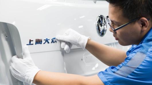 Ein VW-Mitarbeiter im China-Werk Anting (Archivbild).
