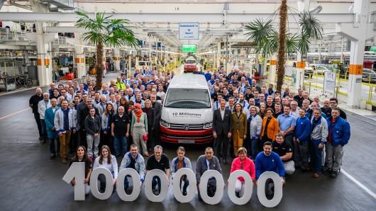 Mitarbeiter von VW stellen das 10-millionste Auto aus dem VW Werk in Hannover vor. VW spendet das Fahrzeug, eine rot-weiße T6 Caravelle, an das Kinderkrankenhaus Auf der Bult.