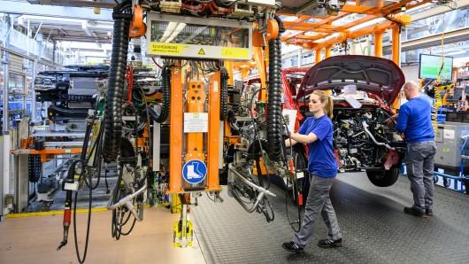 Die Sparte der leichten Nutzfahrzeuge bei Volkswagen ist im Umbruch: VW will künftig auch am Standort Hannover E-Autos bauen, Tausende von Stellen sollen wegfallen und ab 2022 soll in der globalen Allianz mit Ford die Entwicklung von Transportern und mittelgroßen Pick-ups beginnen.