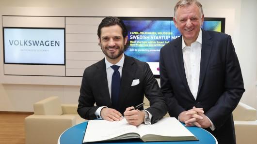 Macht er doch mit links! Prinz Carl Philip schreibt ins Gästebuch. Traton-Chef Andreas Renschler freut sich.