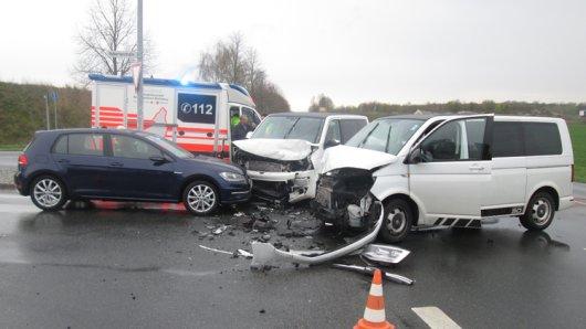 Der Sachschaden an den Fahrzeugen beläuft sich auf jeweils 20.000 Euro an den Bussen und 5.000 Euro am VW Golf.