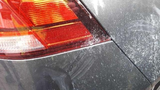 Fast 500 Autos wurden in Wolfsburg schon mit Kleber bespritzt. Bisher tappt die Polizei im Dunkeln, was den oder die Täter angeht.