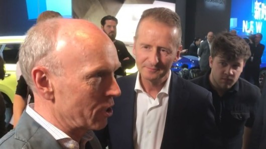 Konzernsprecher Peik von Bestenbostel (links) wehrt Presseanfragen an VW-Chef Herbert Diess ab, sobald es um die Winterkorn-Anklage geht.