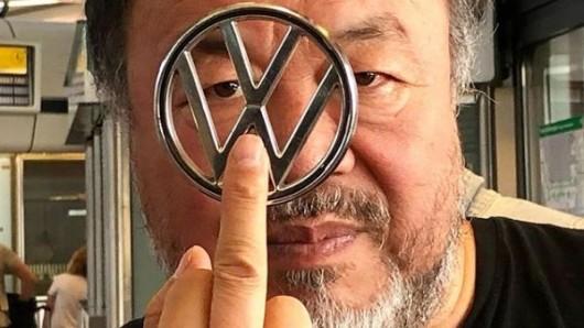 Ai Weiwei zeigt VW den Mittelfinger.