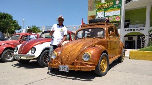 Ein stolzer Tüftler auf dem Weg in die USA: Bienvenido Ortega aus Peru hat seiner Tochter einen Holz-Käfer gebaut.