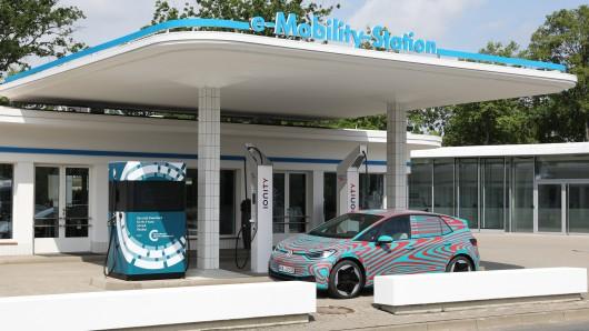Der bundesweit erste Schnellladepark mit High Power Charging in der Stadt wurde in Wolfsburg eröffnet.