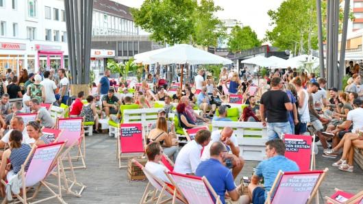 Zusammen mit dem Delphin-Palast Wolfsburg lädt die Wolfsburg Wirtschaft und Marketing GmbH am Samstag, 20. Juli, zum Open Air Kino auf den Hugo-Bork-Platz ein.