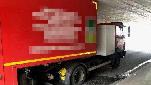 Passt nicht! Eine Lkw-Fahrerin hat sich in Wolfsburg um 80 Zentimeter verschätzt.