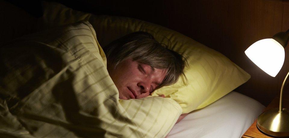 Ein Ehepaar aus Wolfsburg lag in seinem Bett und wurde plötzlich unliebsam aus dem Schlaf gerissen. (Symbolbild)