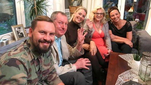 """Sie kochen bei """"Das perfekte Dinner"""": (von links) Maxim, Helmut, Esther, Elisabeth, Manuela."""