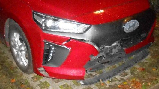 Wolfsburg: Ein übersehenes Hindernis kam einen Hyundai-Fahrer teuer zu stehen.