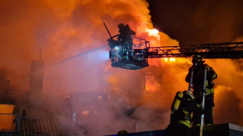 Wolfsburg-Gro-brand-in-Fallersleben-Fachwerkhaus-brennt-komplett-nieder-Bewohner-stehen-vor-dem-Nichts