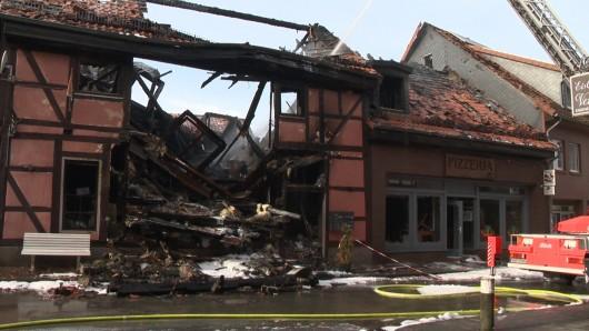 Ein verheerendes Feuer hat ein Fachwerkhaus in Fallersleben komplett zerstört. Elf Bewohner stehen vor dem Nichts. Doch Wolfsburg verharrt nicht in Schockstarre, sondern greift den Betroffenen tatkräftig unter die Arme.