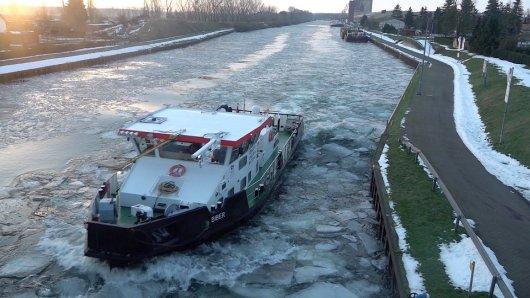 "Der ""Biber"" knabbert sich langsam durch dicke Eis auf dem Mittellandkanal."