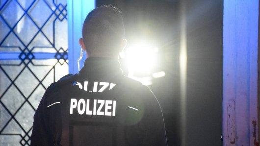 Die Polizei in Wolfsburg hat ein privates Treffen beendet. Ein Paar wollte die Beamte noch mit einer Ausrede abwimmeln. (Symbolbild)