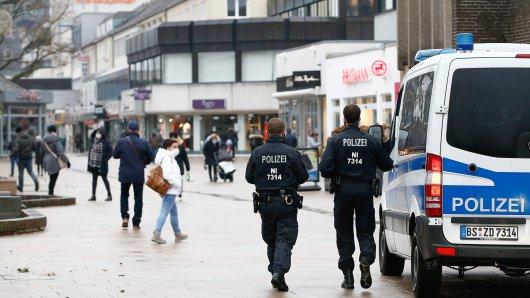 Wolfsburg: Die Polizei musste eine Versammlung von Menschen auflösen. (Symbolbild)